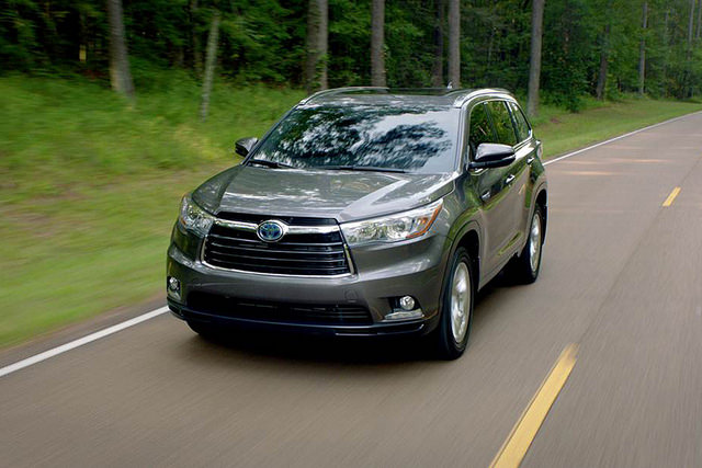 3- Toyota Highlander Hybrid Drivers Three Quarters In Motion